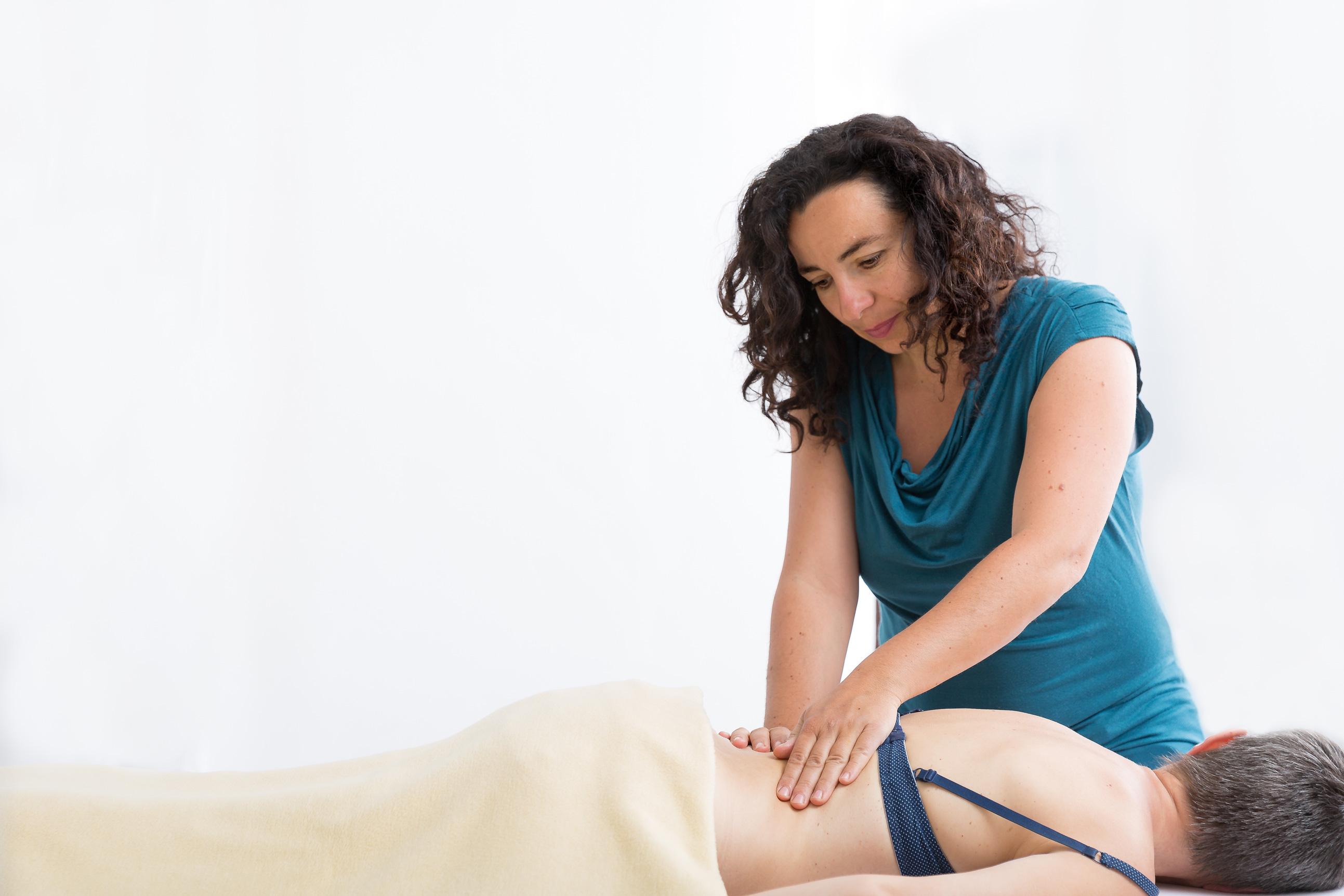 Rückenprobleme, Bandscheibenvorfälle etc. der Körper kann lernen unnötige Anspannungen im Alltag wegzulassen und so wieder beweglich und schmerzfrei werden.
