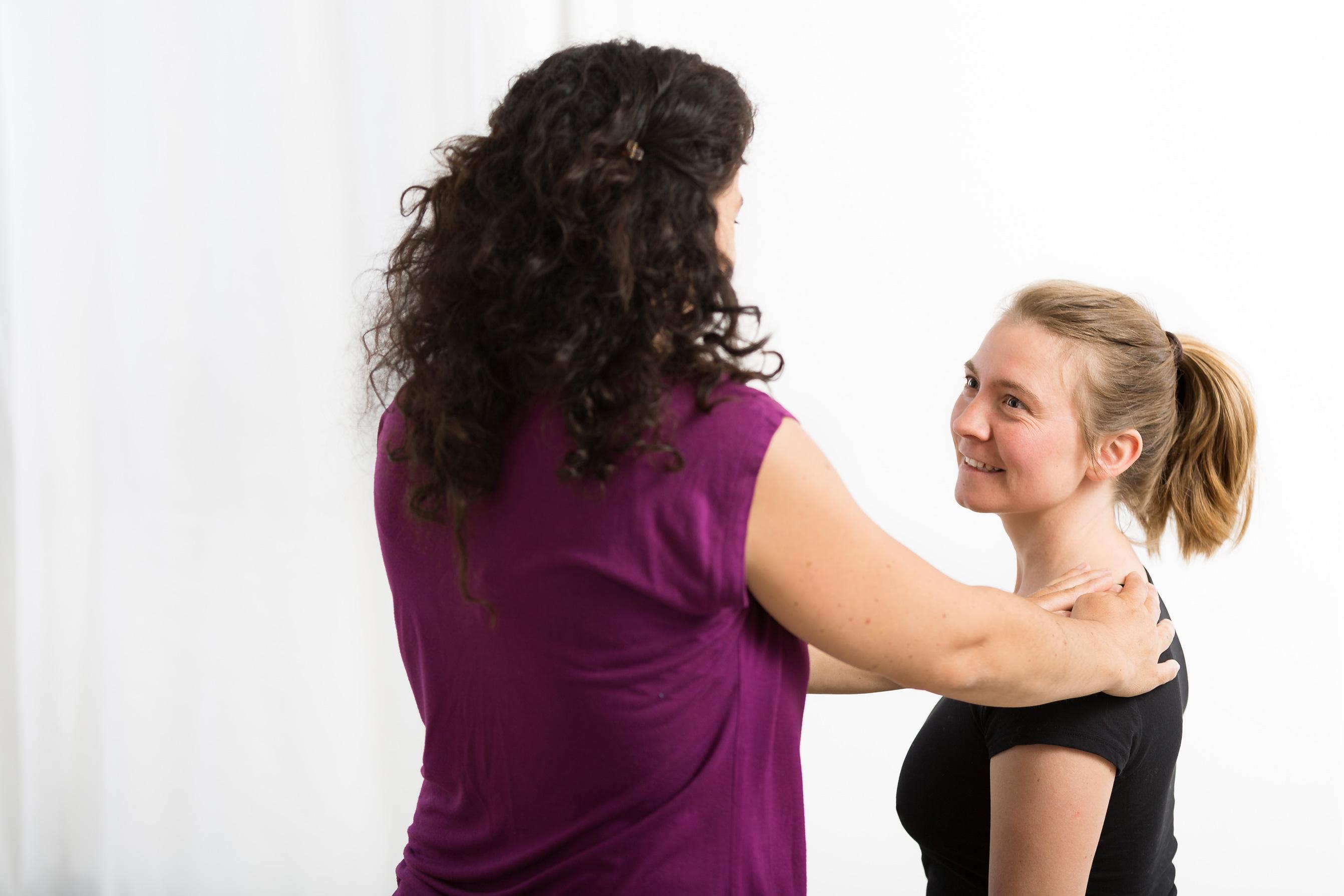 Schultern loslassen lernen! Stress und zuviel Anstrengung beim Konzentrieren machen uns verspannt im Schulter Nacken Bereich